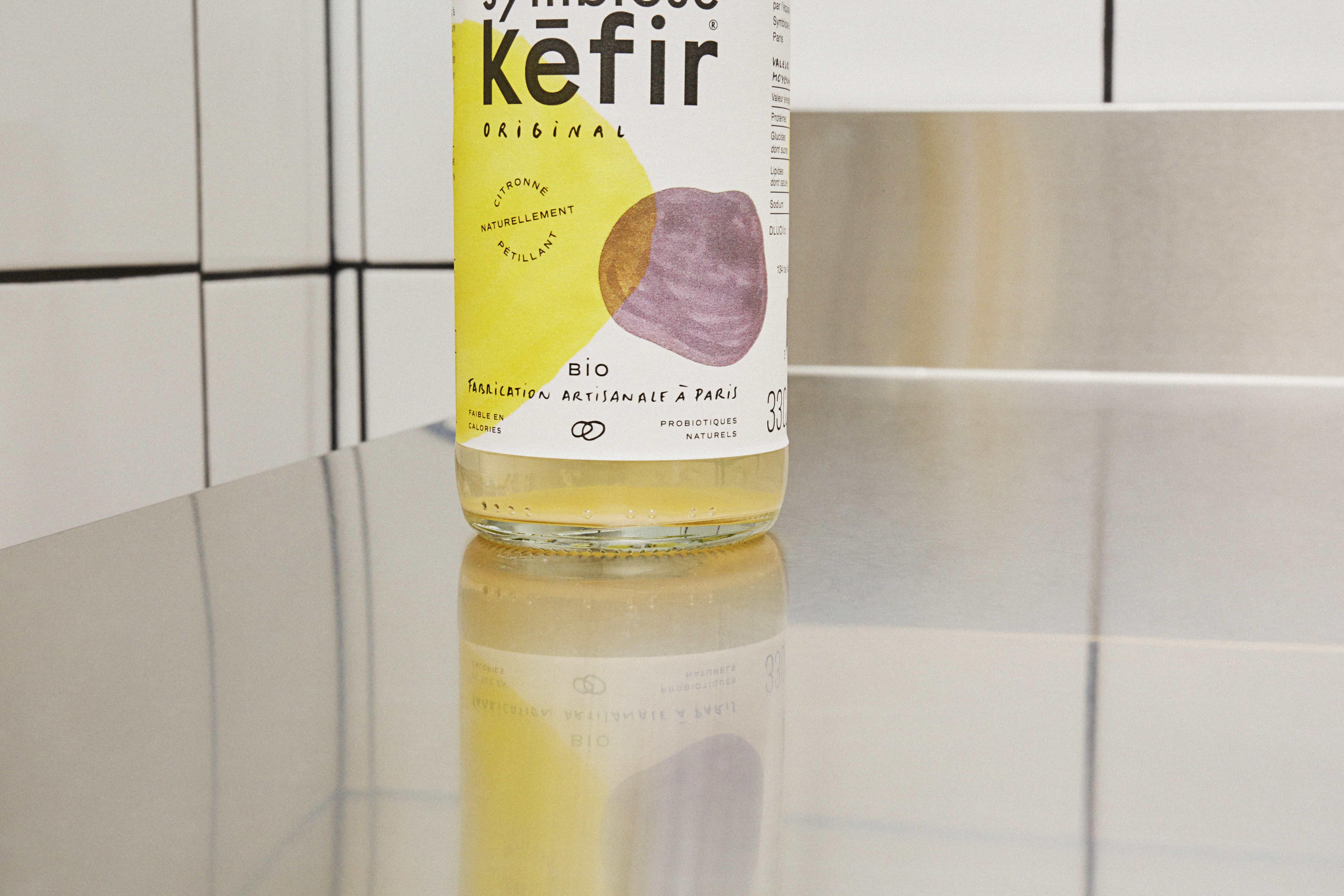 Dépôt de probiotique dans une bouteille de kéfir de fruits